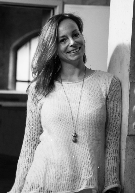 """Katrin Feldmann - Marketing Manager""""Wer im Ruhrgebiet aufgewachsen ist, hat die Fähigkeit Schönheit zu finden, wo andere nicht mal suchen würden.""""Ein original Pottgewächs. Auch, wenn sie ihre Karriere bei Mercedes-Benz TrailerAxleSystems im hessischen Kassel begonnen hat, ist die Liebe zum Ruhrgebiet nie erloschen. So ist Katrin seit 2015 wieder zurück und seit der Geburtsstunde von code and butter als eierlegende Wollmilchsau rund um das Thema Marketing fester Bestandteil des Teams und entsprechend in alle Projekte involviert."""