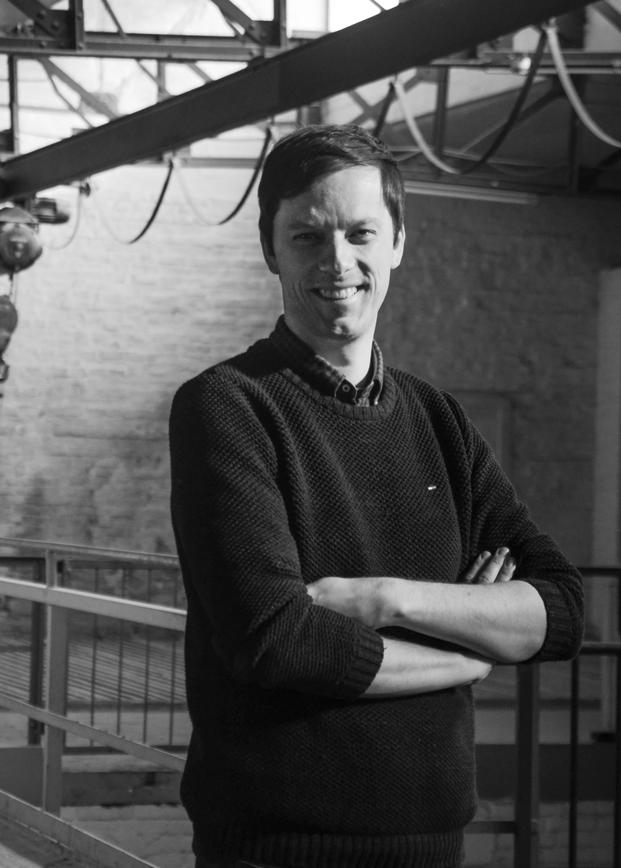 Guido Neuhaus - Head of code and butter, nwb innovation labAls urbanes Landei, romantischer Rationalist und analoger Digital Native flaniert Guido generalistisch und mit offenen Augen für neue Ideen durch den Kosmos der NWB Verlagsgruppe und leitet ihr Innovation Lab. Nach Stationen bei der Bank und der Beratung, im Fernsehgeschäft und im Agenturleben, im Musiklabel und Buchverlag reizt ihn an der Aufgabe bei NWB vor allem die Auf- und Ausbruch-Idee.Guido hat ein Faible für 80er Synthies, hat das 90/91er Panini-Album fast vollgeklebt und sammelt in moderatem Umfang Vinyl. Er leidet mit dem 1. FC Köln, bejubelt den aktuellen Austro-Pop und verbringt seine Freizeit am liebsten mit seiner jungen Familie.