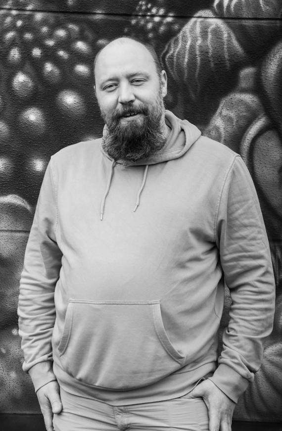 Jan Hake - Software EntwicklerAufgewachsen in einem kleinen Dorf in Ostwestfalen-Lippe, lebt Jan seit 2006 im westfälischen Dortmund. Nach ein paar Jahren Entwicklerleben schloss er sich 2017 dem Team von code and butter an, um mit seinen Mitstreiter*innen innovative und wegweisende Produkte zu entwickeln. Mit seiner Liebe zum Detail und seiner Leidenschaft für Softwareentwicklung bildet Jan das technische Rückrad von code and butter.