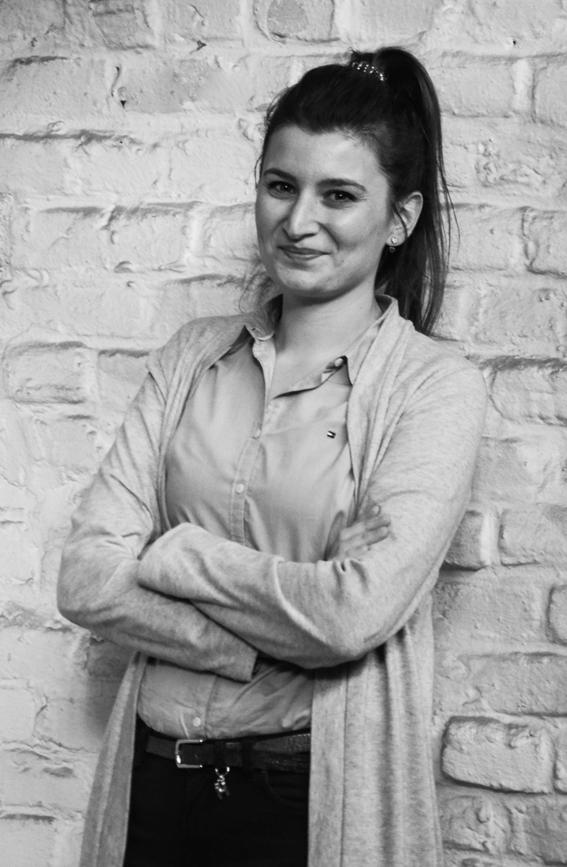Esra Kücükyilmaz - Projekt ManagementGeboren in Deutschland, aber türkisch aufgewachsen, ein Multikulti-Kind mit Multi-Talenten, die den Spagat zwischen Analyse, Organisation und Redaktion beherrscht. Zurzeit schreibt Esra ihre Masterarbeit an der Ruhr-Universität Bochum zum Thema innovative Geschäftsmodelle – Glück Auf!Esra hat zuvor in verschiedenen Unternehmen gearbeitet und ist jetzt bei code and butter in so gut wie allen Projekten als Assistentin, Analystin oder Researcherin zur Stelle.