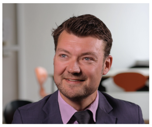 Hans Frederik Linde har firmaet      G'Linde     , der yder barselsrådgivning til virksomheder.