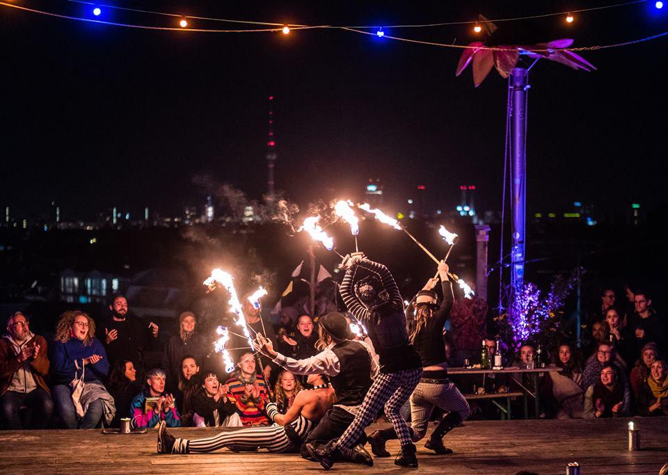 Feuershow über den Dächern von Berlin