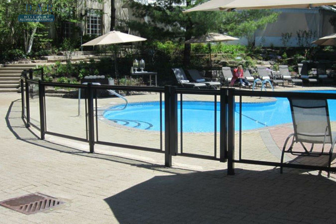 glass_railings_arroung_swiming_pool_.jpg