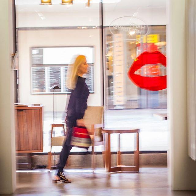 Jennifer on a mission, she moves so quick it's hard to catch her! 💋love this shot! . . #photography #photooftheday #designer #interiordesign #interiors #enterpreneur #businesswoman #lagunabeach #delmar #sandiego #california #inspiration #luxuryhomes #luxuryhomedecor #luxurylifestyle