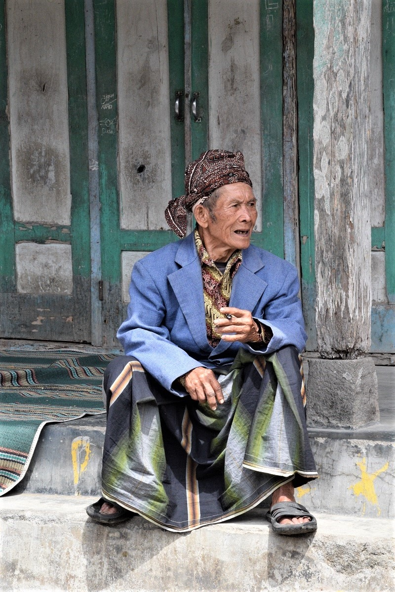Tetua dusun saksi pergeseran jaman / Village elder witnessing generational changes
