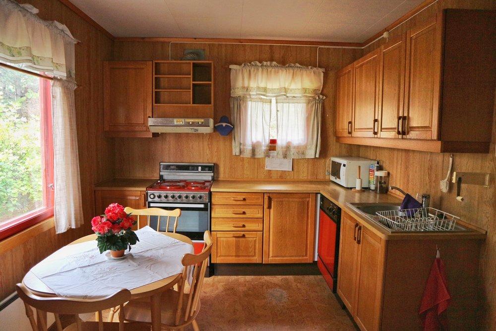 Kjøkken, tatt fra inngang til stue. Pusset opp i 1989-90.