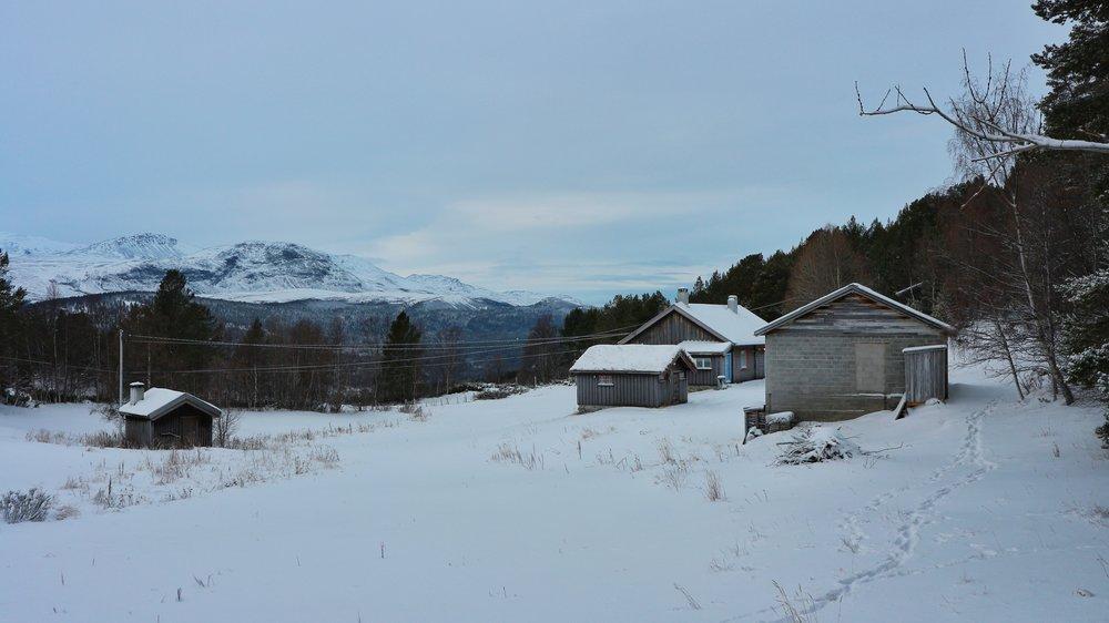 Garden sett frå sør-aust med fjøs, bolighus og uthus. Utsikt vestover inn i Jotunheimen.