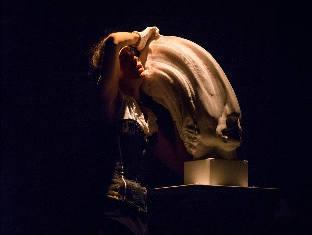 Célia Catalifo avec sculpture de Li Hongbo