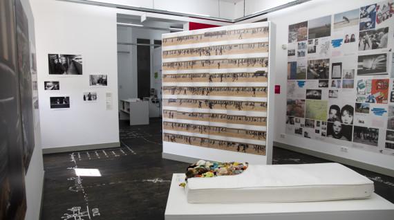 Recht de Do-It-Yourself tentoonstelling, hier in Humanity House, Den Haag.