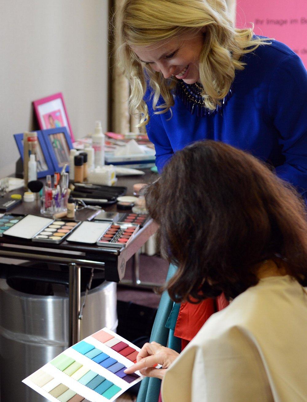 Typ-/Farbberatung - Wir besprechen aktuelle Outfit-Beispiele aus Modezeitschriften und finden heraus, ob sie zuIhnen passen. Sie bekommen Empfehlungen für Modemarken, die Ihre positive Wirkung unterstreichen und an Ihr Budget angepasst sind.Anhand der Analyse Ihrer Augen-, Haut- und Haarfarbe werden die Farben bestimmt, die Ihren Typ und Ihr Image unterstreichen (inklusive Stoffkarte).Außerdem erhalten Sie Empfehlungen für Ihre typgerechte Frisur und Haarfarbe (inklusive Haarkarte)Mehr erfahren