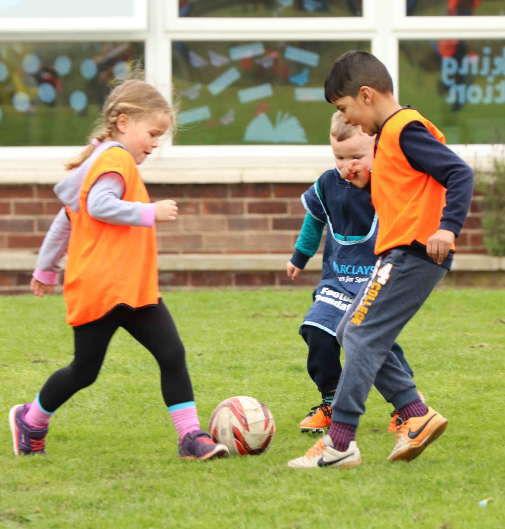 Year 1 Football @ Heath View   With pupils from Heath View, Pinders and St.Marys all coming together for kick about it was always going to be fun  For more acrion shots click on  Year 1 Football