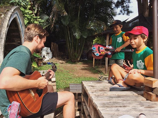First jam sesh down here with these Argentinian boys. They were so curious about my guitar playing and they played along by drumming on the table. Music really does transcend language and culture. . . . . #music #jamming #guitar #hostellife #costarica🇨🇷 #puravida