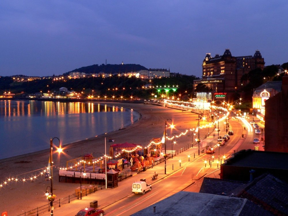 Scarborough_At_Night_Wikimedia_Bigandyuk.jpg