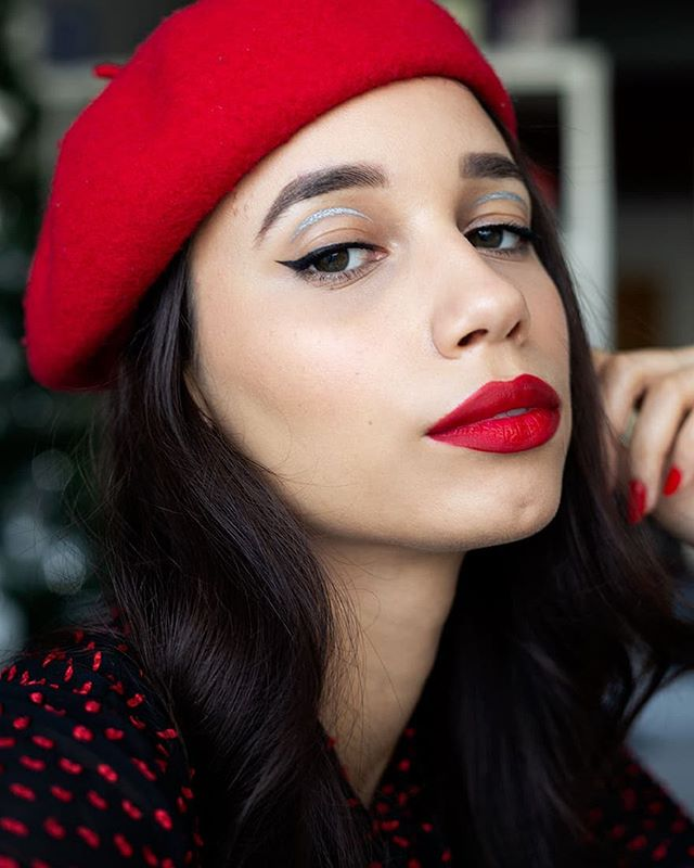 I'm feeling really sore and grumpy today so my intentions of doing a graphic eye look didn't really pan out... That bit of silver is about as far as I got before I got tired 😂 But a red lip and matching beret make everything look put together 💋❤