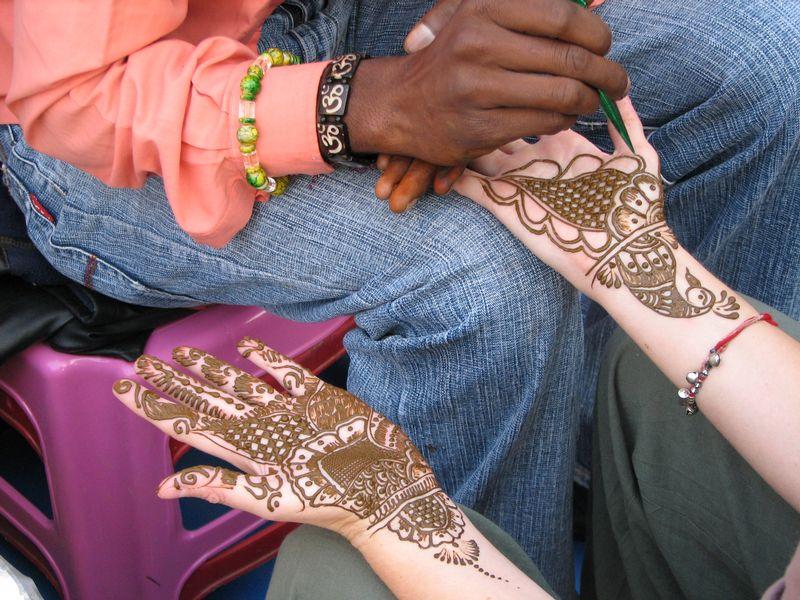 A_Henna_or_Mehndi_applier,_Rishikesh.jpg