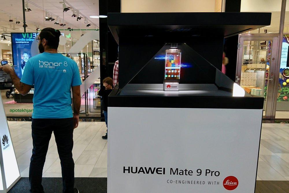 Free-standing hologram projectors