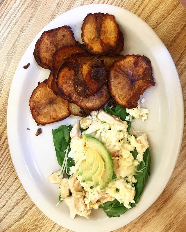 Healthy chicken scramble on a bed of fresh spinach and a side of our crispy potato chips 🍳🍳 #breakfastfood #goldenharvestcafe #healthyfood #healthybreakfast