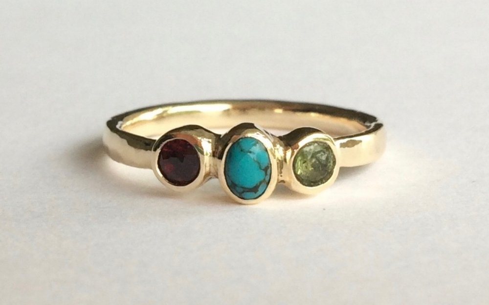 Celebrating the precious relationship of a daughter, a son and a mother with a beautiful ring in recycled gold that features their birthstones