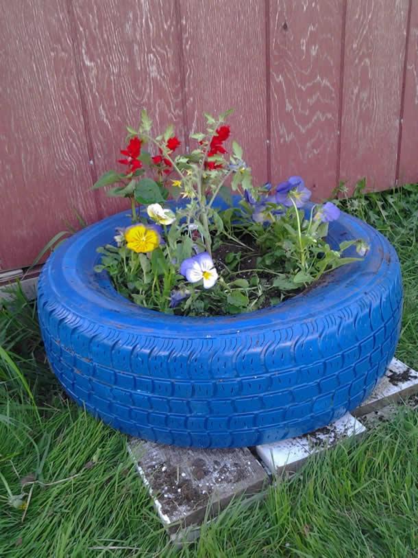Outils - Des fleursDe la terreUn sac poubelle épaisDe la peintureUn pneu