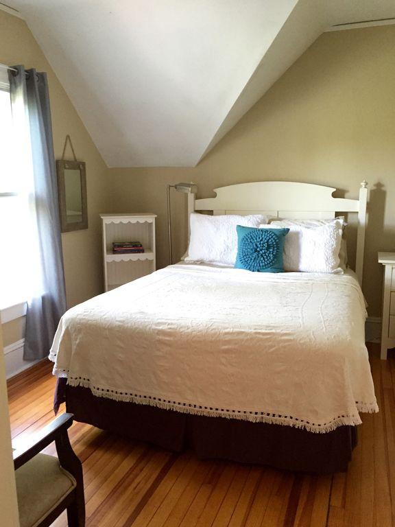 Main House: Queen Room, Private Bath