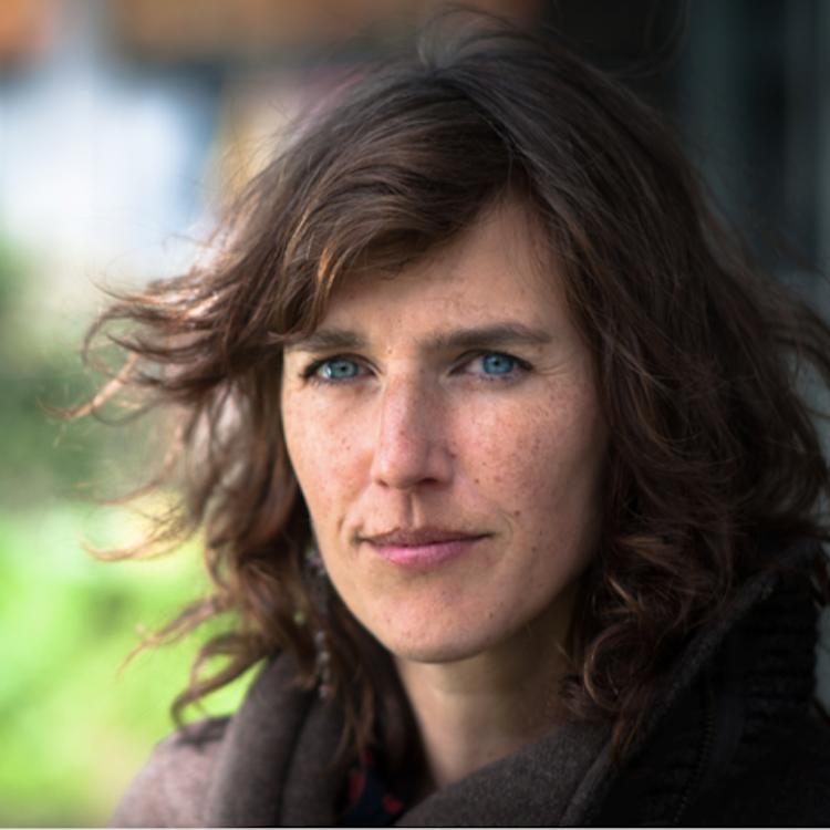 Lieke van Nood   Lieke is professioneel rouw- en verliesbegeleider. De afgelopen tien jaar heeft ze gewerkt in de palliatieve zorg en zich verdiept in meditatie & compassie en het toepassen van contemplatieve methoden in de zorg.Ze heeft haar eigen praktijk in Amsterdam