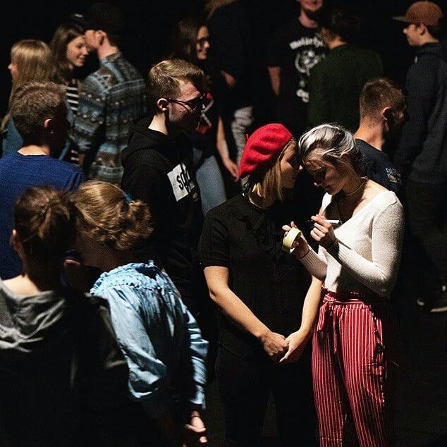 Meet&Eat! Gestern, am Abend vor dem Herbert, haben sich die Teilnehmer*innen in den Flottmann-Hallen versammelt, soundgecheckt, Schuhe geworfen, Bilder gemalt, Flughörnchen gesehen. High Five an Annegret und Gabriel!  Heute um 16 Uhr geht's los!  Fotos: @mittendrin_foto  #herbertherne #meetandeat #flughörnchen #eisbär #portrait #flottmann #herne