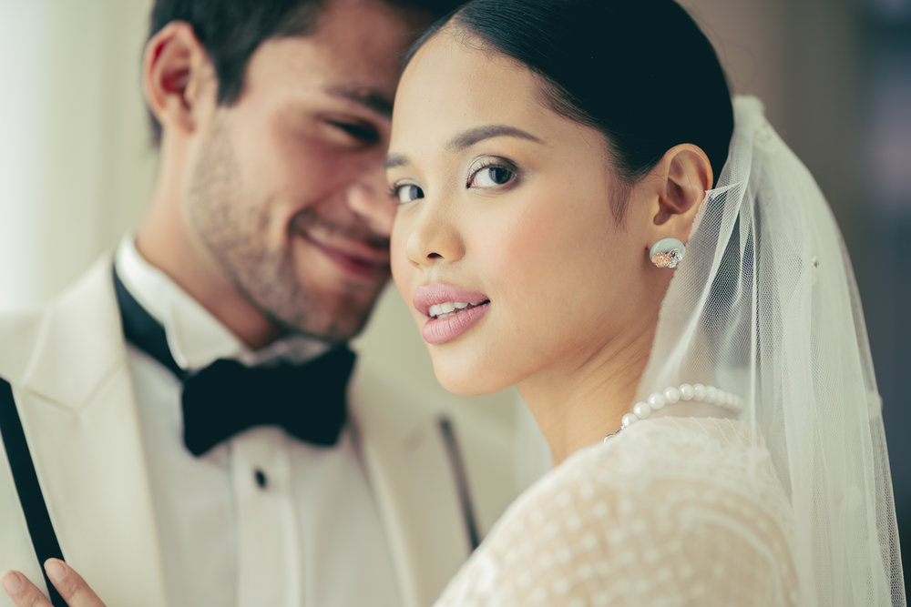 For jewellery, the bride wears Choo Yilin's Cherry Blossom Jade Donut Studs along with the Peranakan Lace Pearl Necklace.