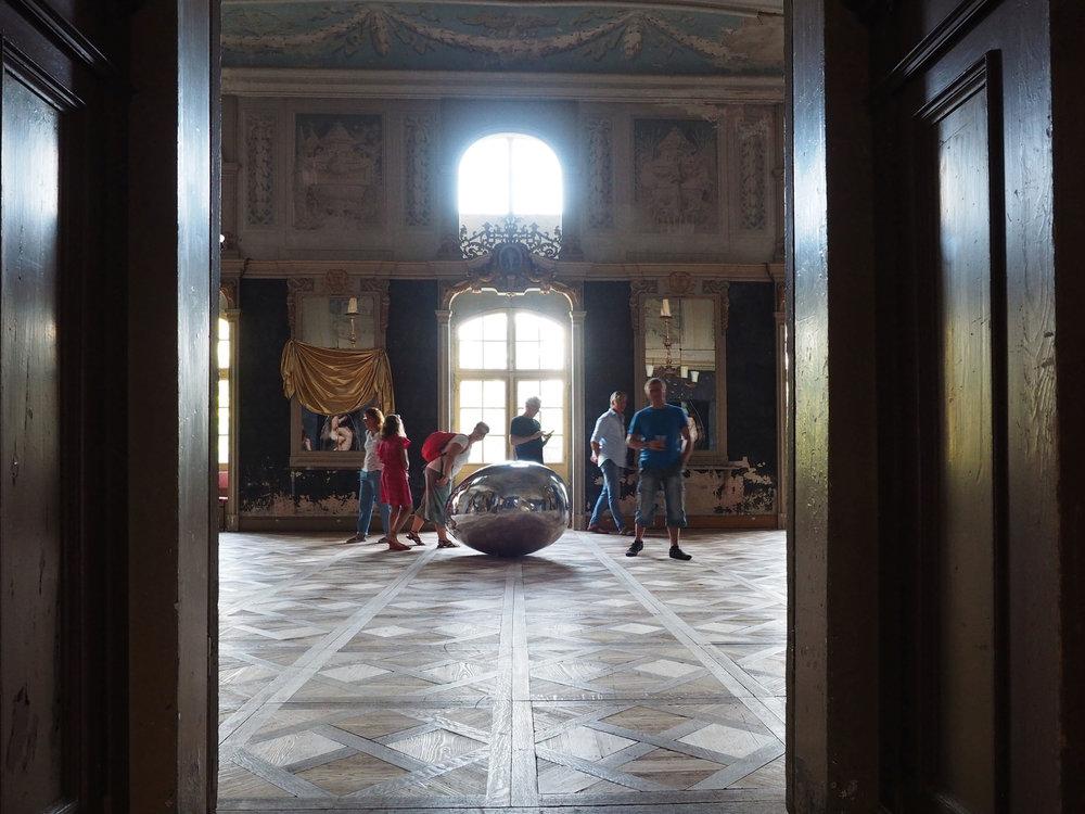 "Blick in den ""Weißen Saal"" . Barockschloss Wachau, Besucher am  Klangobjekt ""Ursprung""  von Andreas Hetfeld. Foto © Marcus Dankelmann, 2018"