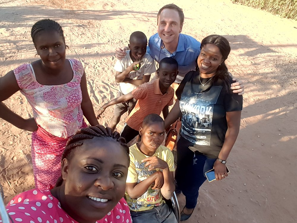 Enumerator, Hellen Bwalya, taking a selfie with Casper Strydom and the household she registered in Chirundu, Zambia (25 July 2017) .