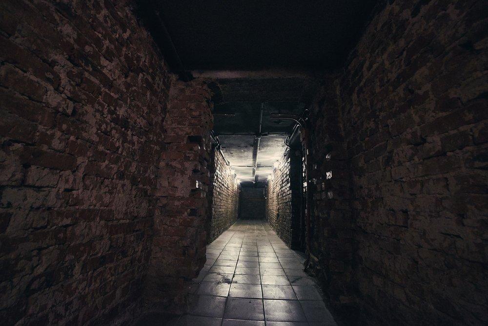 corridor-1097151_1920.jpg