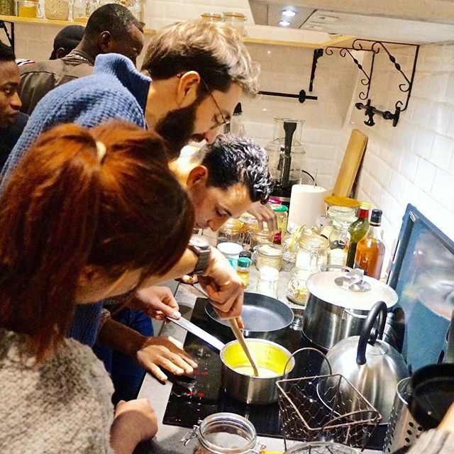 Quand toute la Positive Team passe en mode team building il y a de l'action en cuisine ! Lors de cet atelier imaginé et arbitré par Odette, deux équipes se sont affrontées pour cuisiner les meilleurs cookies 🍪. Une seule règle: intégrer un légume à la recette, créativité et audace étaient de la partie ! 😂  #teambuilding #stayhealthybepositive #positivevibes #cookies #legumes #healthyfood #enjoy