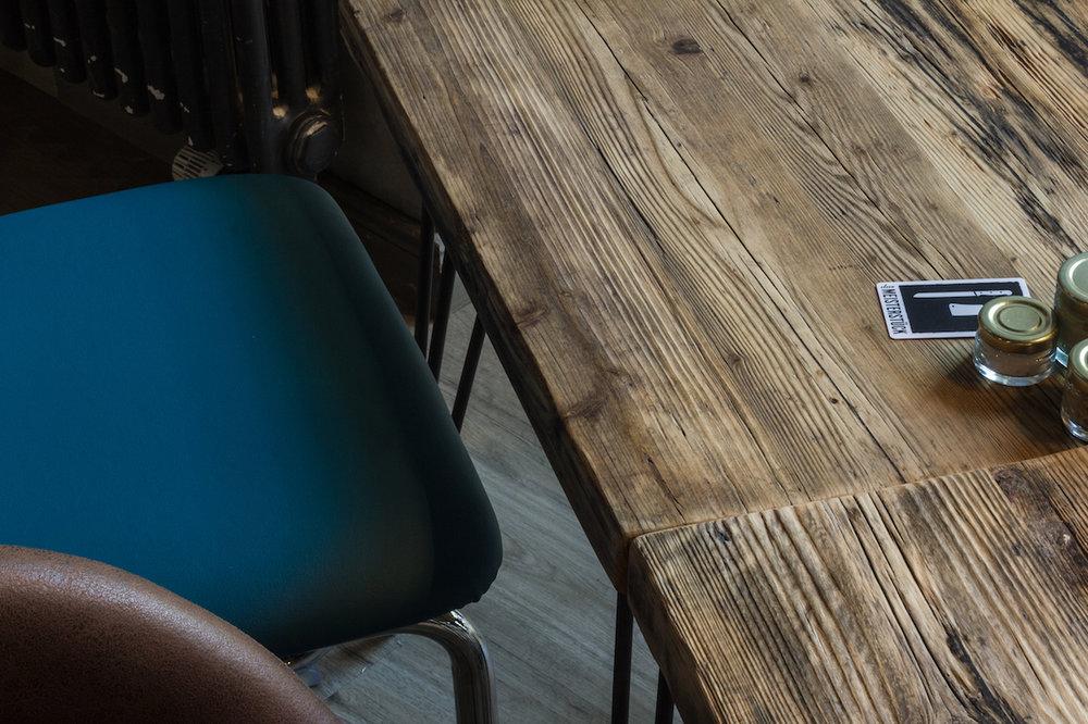 Berlin Kurfürstendamm I Das Meisterstück  Hier kann man direkt am Kurfürstendamm gutes Fleisch an Vollholztischen genießen. Zusammen mit Kentholz realisierte Woodboom im Sommer 2017 dieses tolle Tisch-Projekt aus schöner alter Eiche und recycelten Gerüstbohlen.
