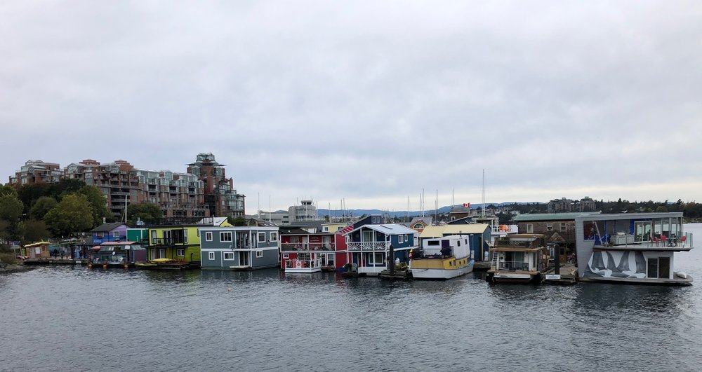 A cute row of houseboats at Fishermans Wharf