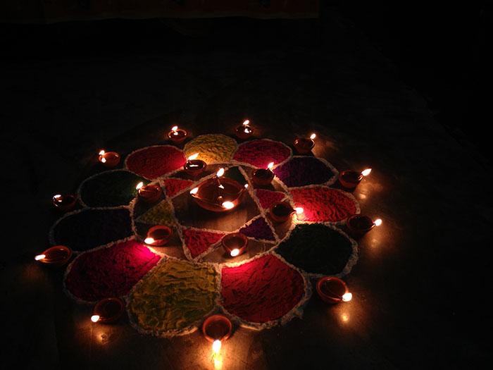 Diwali festa della Luce Diyas e Rangoli.jpg