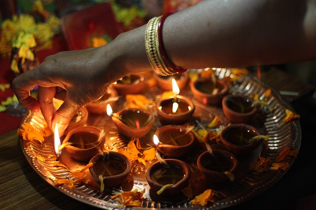 Accensione Diyas Puja Diwali.jpg