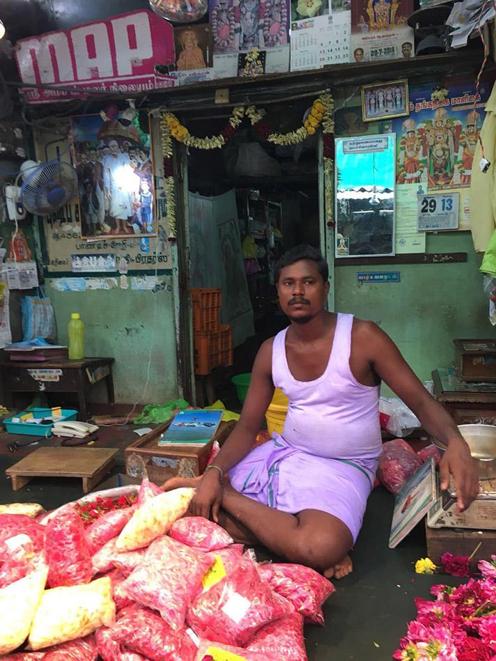 Venditore indiano fiori India del Sud.jpg