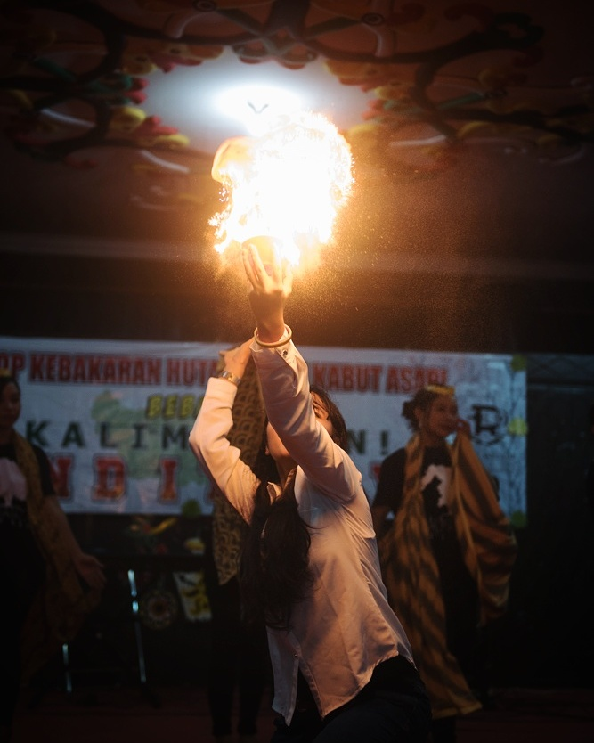 Setting the fire ablaze as the symbol that Ranu Welum Foundation is officially launched.