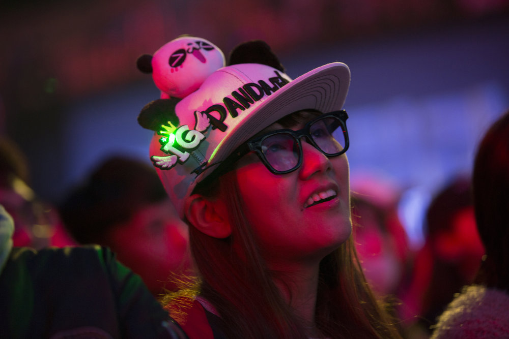 Fan watches semifinals of the League Of Legends Worlds Championship on October 27, 2018 at the Gwangju Women's University Universiade Gymnasium in Gwangju, South Korea. (Photo by Timo Verdeil / ESPAT Media)
