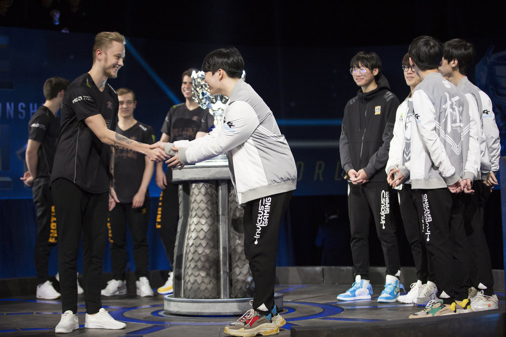 Finalist, Team Fnatic and Invictus Gaming greet each other at semifinals of the League Of Legends Worlds Championship on October 28, 2018 at the Gwangju Women's University Universiade Gymnasium in Gwangju, South Korea. (Photo by Timo Verdeil / ESPAT Media