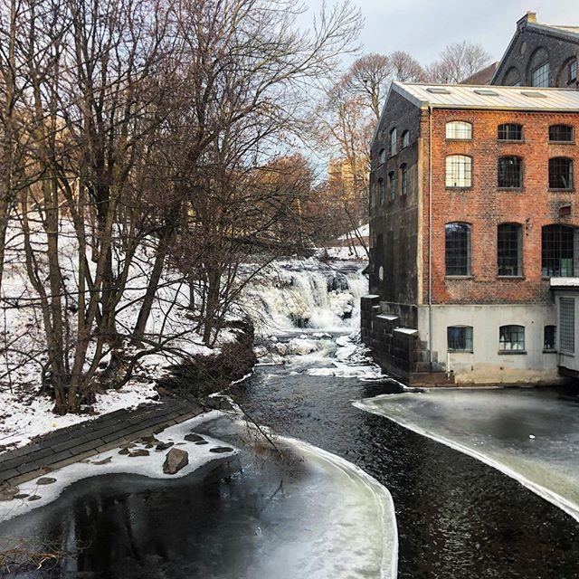 Snowy and Icy Holidays in Oslo 🌨☃️ . . . #oslo #norway #akerselva #grünnerløkka #oslonorway #oslo🇳🇴 #oslove #norsknatur #akerselvariver #water #river #frozen #frozenriver #bricks #industrial #park #winter #wintershot #ilovethiscity #scandinavianchristmas #scandinavia #kubaparken #kubaparkenoslo