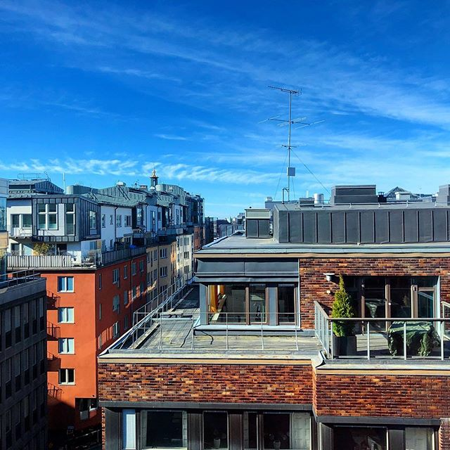 Roofs of Norrmalm, Stockholm. In the background, you can see the golden Rådhuset's tower. . . . #urbanview #urbanviews #roofs #bluesky #norrmalm #stockholm #sweden #sverige #bricks #rooftop #rådhuset #vattugatan