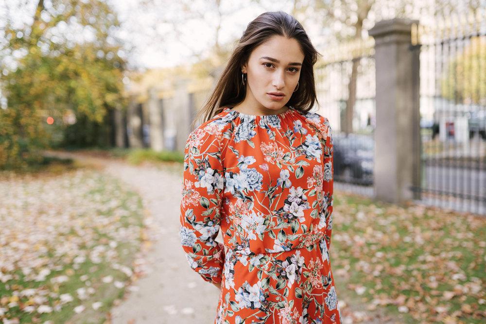 Femme shooting photo robe nature couleur photographe et vidéaste à Bruxelles