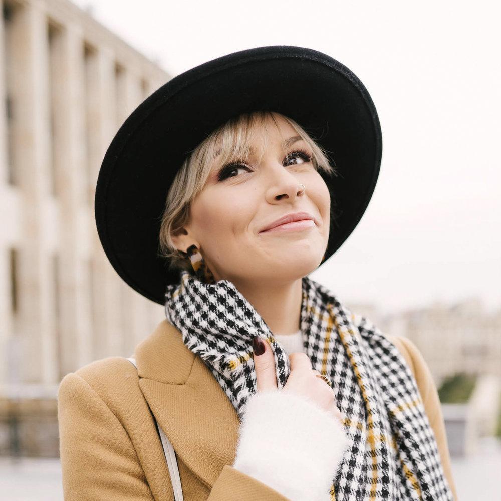 Portrait femme mode écharpe chapeau photographe et vidéaste à Bruxelles