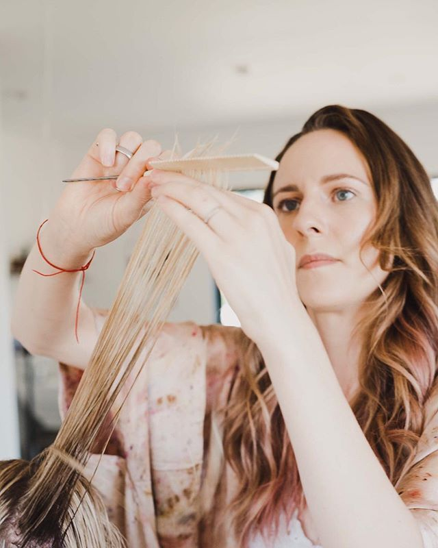 This weekend @rise.ojai will be hosting me at their gorgeous salon in Downtown Ojai. I still have availability Saturday 12/8 for a haircut and 2 spots open Sunday 12/9 for a special Crown Rebalance.  During the Crown Rebalance treatment I incorporate Reiki, crystal energy, sound healing, and after apply an herbal hair rinse to soothe the scalp, soften the hair, and activate the pineal gland which provides a sense of wellbeing. DM or email me to book your session with me in Ojai! ⠀⠀⠀⠀⠀⠀⠀⠀⠀ #ojaihairstylist #holistichair #ojaivibes