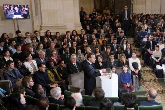 """* 본 기사는 르 몽드(Le Monde)의 """"Emmanuel Macron défend une francophonie plurielle""""( https://lemde.fr/2pr6fQR )를 번역한 글입니다."""