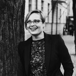 """Outi Ruohola   HR Director   Castrén & Snellman   """"Antti on kouluttanut sekä asiantuntijaesimiehiämme että koko muuta organisaatiotamme mm. oman työn johtamiseen liittyen. Valmentajana hänellä on aina hyvin käytännönläheinen lähestymistapa asioihin. Uskottavana ja luontevana esiintyjänä hän saa yleisön hyvin mukaansa. Yhteistyökumppanina Antti on aktiivinen ja asiakkaan etua vahvasti ajatteleva."""""""