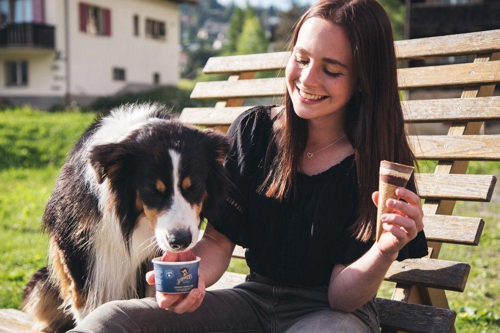 Luna füttert Hund mit Schnauziis