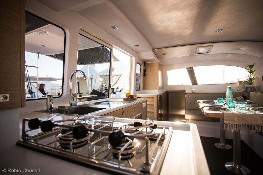 outremer_catamaran_45_interieur_cuisine (3).jpg