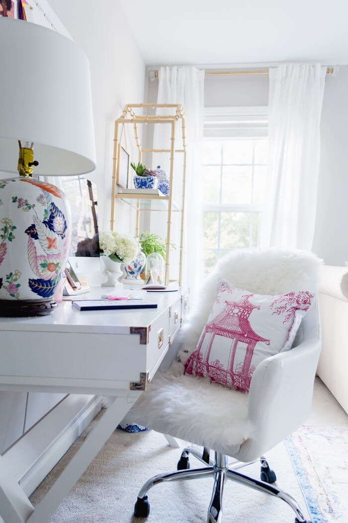 www.JadoreleDecor.com | 7 ways to set up even the smallest of guest rooms so that it serves many functions, including a home office | small office | vintage chic home decor