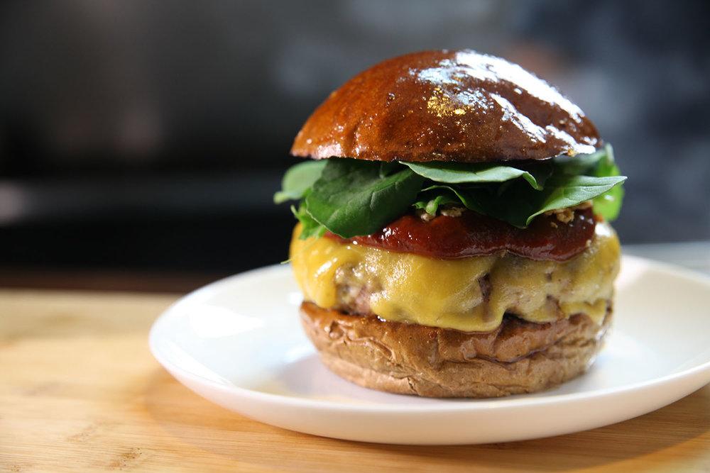 BEAST - R$ 28,00   Pão australiano, burger de costelinha de porco, queijo barbecue da casa, cebola crispes e rúcula.